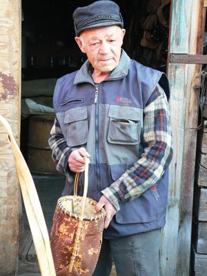 Переселенец Леонид Иванович Анисимов перевез в Нижние Березняки Нижнеилимского района, в новый дом, старую утварь, инструмент, обустроил мастерскую и делал сбруи, упряжь, туеса